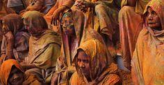 Viúvas rompem barreiras e participam do festival Holi na Índia