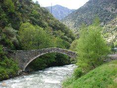 Мост Ла Маргинеда – #Андорра #Андорра_ла_Велья (#AD) Мост 14 века. С тех пор ни разу не ремонтировался и в прекрасном состоянии. Загадка для инженеров  ↳ http://ru.esosedi.org/AD/07/1000463265/most_la_margineda/