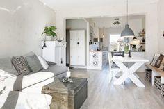 Aranżacja mieszkania w stylu skandynawskim w odcieniach bieli i szarości z naturalnymi motywami - Lovingit.pl