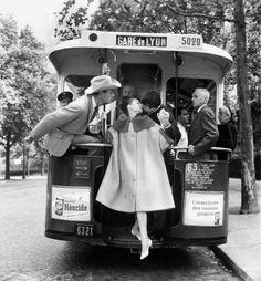 Audrey Hepburn, Mel Ferrer et Buster Keaton dans «Paris Pursuit» pour Harper's Bazaar, Paris, 9 août 1959 Photographie Richard Avedon © The Richard Avedon Foundation