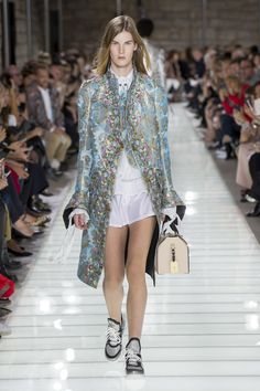 The complete Louis Vuitton Spring 2018 Ready-to-Wear fashion show now on Vogue Runway. Fashion Week Paris, Fashion Week 2018, Next Fashion, Runway Fashion, Trendy Fashion, High Fashion, Fashion Outfits, Fashion Trends, Vogue Paris