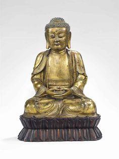RARE STATUE DE BOUDDHA SHAKYAMUNI EN BRONZE DORE CHINE, DYNASTIE MING, XVIIEME SIECLE Il est représenté assis en vajrasana, ses mains en dhyanamudra. Son visage est serein. Il est vêtu de robes monastiques à la bordure finement incisée de rinceaux de fleurs. Son torse nu est incisé d'une svastika. Hauteur : 32.5 cm. (12 ¾ in.) ; socle