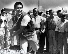 Pelotero Wilson Álvarez, junto a personalidades en estadio de béisbol. (TORRES / ARCHIVO EL NACIONAL)