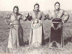 Greek girls from Sivrihisar km east of Eskişehir) in traditional festive costumes. Clothing style: ca. Greek Traditional Dress, Traditional Outfits, Empire Ottoman, Greek Girl, Greek Beauty, Greek History, Greek Culture, Folk Dance, Dance Costumes