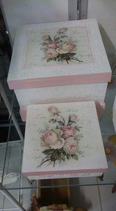 Cajas de ensueño! Decoupage Jars, Rice Paper Decoupage, Decoupage Vintage, Henna Drawings, Box Roses, Jewellery Boxes, Hand Painted Furniture, Wooden Boxes, Paper Art