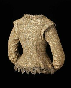 Embroidered jacket, English, Undyed linen embroidered with silver and gilt-silver yarns and spangles in daffodil scroll pattern, trimmed with metallic lace. 17th Century Clothing, 17th Century Fashion, 16th Century, Look Vintage, Vintage Mode, Historical Costume, Historical Clothing, Vintage Outfits, Vintage Fashion