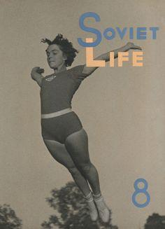 Alexander RODCHENKO (1891-1956) y Varvara STEPANOVA (1894-1958) - Título: Vida Soviética. Boceto para una tapa de revista Técnica: Impresión en gelatina de plata, impresión vintage, fotomontaje y gouache Medidas: 48,8 x 34,1 cm. Año: 1944 [i]Video con obras de los dos artistas[/i]: http://www.youtube.com/watch?v=Fj_WpboKnFc Video [i]Definiendo el Constructivismo (programa español)[/i]: http://www.youtube.com/watch?v=QLRmUzyoA68 Video sobre la exposición [i]Definiendo el constructivismo de…