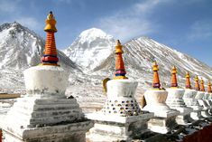 Un documentario sulla cultura del Bon tibetano, l'antica religione che si fuse con il Buddhismo a cavallo tra sciamanesimo, mito, (poca) storia e una realtà quasi sconosciuta.