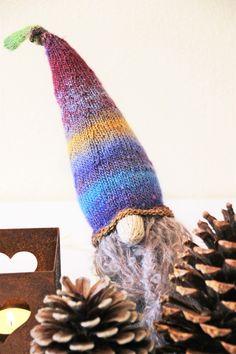 """""""Gestatten, ich bin ZONKO der Hauswichtel! In der Weihnachtszeit sind wir Wichtel unentbehrliche kleine Helfer, schmücken das Haus, packen die Geschenke ein, backen die Plätzchen und stellen nebenbei noch so manchen Unfug an!"""""""