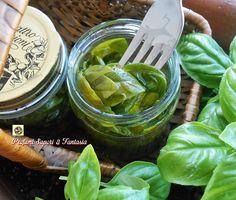Eccovi un metodo davvero facile e veloce per conservare il basilico in olio di oliva ed averlo a disposizione fresco e profumato per ogni preparazione.