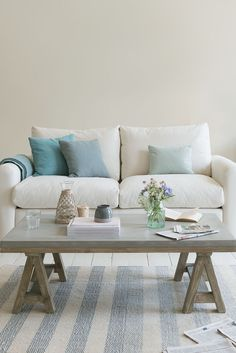 22 Velvety Blues & Summer Hues for Special Summer Preparation - TopDesignIdeas Sofa Design, Design Design, Interior Design, Luxury Home Decor, Cheap Home Decor, White Couches, Comfy Sofa, Blue Cushions, Best Sofa