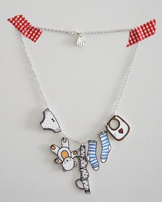 Laundry necklace _ design Glòria Fort Shrink plastic tutorial and free printable Plastic Fou, Shrink Paper, Shrink Plastic Jewelry, Shrink Art, Plastic Jewellery, Shrink Film, Bottle Jewelry, Diy Jewelry, Handmade Jewelry