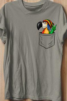 Das Design zeigt einen gechillten Rastafari Regae Papagei in der Tasche, dein absolutes Lieblingstier schaut aus einer fake Brusttasche heraus - sozusagen ein Taschen-Papagei HINWEIS: die Tasche ist aufgedruckt, nicht echt! Tiere in der Tasche! Eine lustige Geschenk Idee für jeden Reggae-Liebhaber, Rastafari-Fan-Art! Der funky Papagei steht für Werte wie Frieden, Liebe, Vielfalt, Gleichberechtigung, Toleranz und Freiheit - und natürlich absolute Coolness! Fabric Paint Shirt, T Shirt Painting, Couple Shirts, Boys Shirts, Tee Shirts, Reggae Rasta, Creative T Shirt Design, Painted Denim Jacket, Tee Shirt Designs