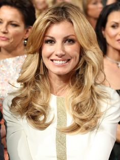 #FaithHill looks super sweet with honey #blonde highlights and massive girls. #BigHair #Gold #Wedding