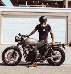 Ideas Bobber Motorcycle Style For 2019 Retro Motorcycle, Chopper Motorcycle, Moto Bike, Cafe Racer Motorcycle, Motorcycle Style, Bobber Chopper, Motorcycle Fashion, Triumph Cafe Racer, Moto Scrambler