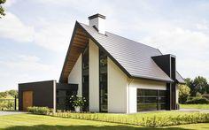 moderne eigentijdse woning | Een wit gekeimde moderne woning met sterk geprononceerde overstekken waarvan de onderzijden een warme uitstraling in hout hebben. De heldere, abstracte gevelverdeling geeft de woning een ingetogen en tegelijkertijd eigentijds karakter.