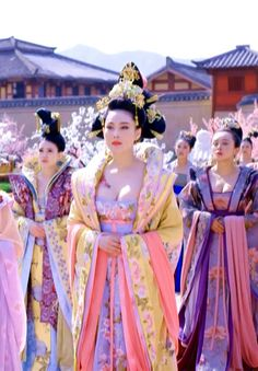 Zhang Xinyu in 'Empress of China'. Traditional Fashion, Traditional Dresses, Traditional Chinese, Geisha, The Empress Of China, Ancient China, Ancient Greek, Fantasy Costumes, Chinese Clothing