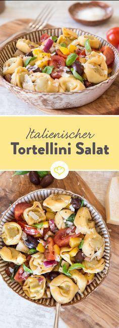 Mach dir einen Salat mit Paprika, Tomaten, Oliven und Parmesan und gib Tortellini dazu. Einfach, frisch und sättigend.