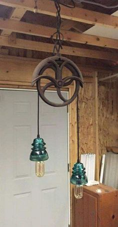 Light made from old pulley and glass insulators - All For Decoration Electric Insulators, Insulator Lights, Glass Insulators, Farmhouse Lighting, Rustic Lighting, Farmhouse Decor, Cabin Lighting, Pipe Lighting, Pully Light