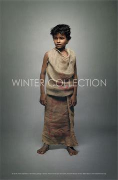 """pour la New Ark Mission en Inde, afin d'encourager la donation des vieux vêtements aux plus pauvres. Des visuels """"Collection hiver"""" illustrent des enfants habillés à «la dernière mode de la rue» , soit de déchets portés comme des modèles de mode. Cette campagne arrive à temps pendant le grand ménage de printemps, elle attire le regard et envoie un message fort."""