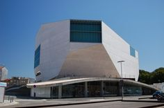 Turismo no Porto: o que fazer no destino de Portugal - Casa da Música - Inaugurada em 2005, a principal casa de espetáculos e símbolo da modernidade do Porto ocupa um edifício arrojado de formas irregulares, projetado pelo arquiteto holandês Rem Koolhaas. Ao longo do ano, há uma intensa programação de shows musicais, projetos educacionais, oficinas e festivais.