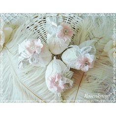 Weiße Eier im Shabby Stil, verziert mit Spitzenschleife, rosa Blüte, Perlen, Strass und silbern schimmernden Blättern♥