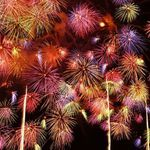 「全国花火競技大会」と言えば大曲花火大会をさすというほど、規模、権威ともに日本最大の花火大会である秋田の大曲花火大会。打ち上げ数は15000〜20000発で毎年80万人近くの人が訪れると言う日本一といってもいい、大規模な花火大会です。    これを見れば「大曲花火大会」の全てが分かる基本情報を今回はご紹介いたします。是非、これを参考にこの夏は大曲の花火大会にいってみてはいかがですか?...