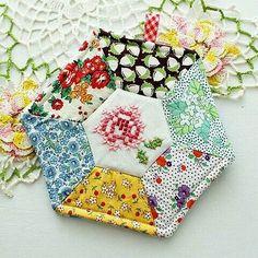 Rose Patch Potholder or mug rug Mug Rug Patterns, Quilt Patterns, Sewing Patterns, Small Quilts, Mini Quilts, Fabric Crafts, Sewing Crafts, Quilted Potholders, Small Sewing Projects