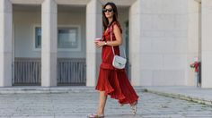 With Valentine's Day just around the corner, it can be fun to embrace the tried-and-true casual look with a good red ruffle dress. Street Style Around The World, Red Ruffle Dress, Dress Me Up, Get The Look, Fashion Details, Daily Fashion, Casual Chic, Casual Looks, Fashion Forward