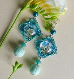 """Boucles d'oreille """"Fleurs en cage"""" ,cabochon fleurs naturelles sous résine,métal patiné turquoise : Boucles d'oreille par bleusoupir"""