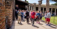 Genießen Sie eine kombinierte Tour zum Vesuv und den Ruinen der römischen Stadt Pompeji, die der Vulkan 79 n. Chr. zerstört hat. Stehen Sie am Rand des Kraters und genießen Sie die wunderbare Aussicht auf den Golf von Neapel.