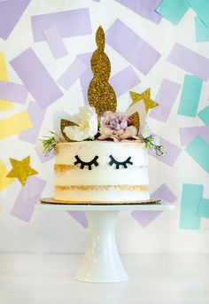 Take your unicorn party to the next level with this cake! Full tutorial available to learn how to make a unicorn cake by Lindi Haws of Love The Day. How To Make A Unicorn Cake, Diy Unicorn Cake, Unicorn Cake Topper, Mini Pinatas, Diy Cake Topper, Cake Toppers, Diy Party On A Budget, Party Kulissen, Party Ideas