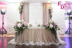 Bride and groom's table Wedding Trends, Wedding Designs, Diy Wedding, Wedding Styles, Wedding Ceremony, Wedding Flowers, Dream Wedding, Wedding Day, Party Decoration