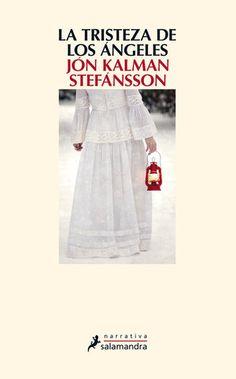 ISLANDIA. El invierno llega a su fin, pero la nieve aún lo cubre todo: el suelo, los árboles, los animales, los caminos. Luchando contra el gélido viento del norte, Jens, el cartero que recorre los aislados pueblos de la costa oeste de Islandia, se refugia en casa de Helga, donde varias personas se encuentran reunidas bebiendo café y aguardiente, y escuchando recitar Shakespeare de labios de un joven forastero que llegó a la aldea tres semanas atrás con un baúl lleno de libros.