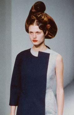 Malgosia Bela at Comme Des Garcons S/S 1999 hair sculpture Quirky Fashion, High Fashion, Vintage Fashion, Fashion Men, Art Conceptual, Rei Kawakubo, Fashion Details, Fashion Design, Comme Des Garcons