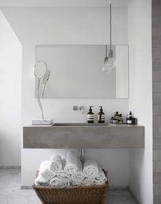 Badkamer met grijs meubel = simple badroom I pin from www.studiois.nl I