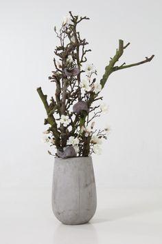 decoratie gemaakt met decoratietakken en zijde magnolia bloemen, dit alles is verkrijgbaar op webshop decoratietakken.nl