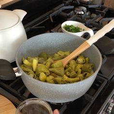 """Beyhan Kadayıfçı's Instagram profile post: """"Selamlarrrr :) Turşu severler burada mı 🤩 10 dk da enfes bir turşu yapıyoruz 😎 Bahçeden topladığım biber ve maydanoz ile yağlı biber…"""" Serving Bowls, Tableware, Instagram, Dinnerware, Tablewares, Dishes, Place Settings, Mixing Bowls, Bowls"""