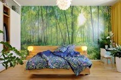 I když této originální ložnici jasně vévodí dřevěná postel Javorina s okrasnou flórou kolem, šatní skříň podél zdi rozhodně také stojí za zmínku. Sestavu tvoří skříně i zásuvky z laminových desek v bílé barvě, uprostřed doplněné o dva výklenky z dubového dřeva. V nich se našlo perfektní místo pro zavěšení oblíbených svršků, zatímco zbytek garderoby je uspořádaný uvnitř. Prosklená vitrína nahoře pak ukrývá úctyhodnou sbírku vesmírných lodí z předaleké galaxie… Outdoor Furniture, Outdoor Decor, Bed, Home Decor, Decoration Home, Stream Bed, Room Decor, Beds, Home Interior Design