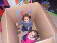 Je neemt een hele grote doos waar men met 1 of 2 kindjes in kunnen zitten. Je kan het kind kleurpotloden of wasco's geven. Nu kan het kind heel de doos vol tekenen.