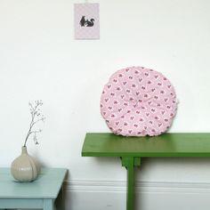 Coussin rond pivoine rose, motif fleuri frais et printanier.  #coussin#tissurose  http://www.chezpiu.com/product/coussin-pivoine-bleu    ♥ ♥♥ Visitez www.chezpiu.com, une boutique de décoration fabrication artisanale en petites séries.
