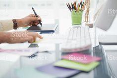 Diseñador de trabajo en el escritorio mediante AD7843 foto de stock libre de derechos
