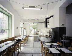 в Вене существует пиццерия Disco Volante, которая ломает все стереотипы. Интерьер для этой неординарной пиццерии придумал дизайнер Lukas Schaller, вдохновленный существующей пиццерией Napoli pizzeria, где привычные для взгляда вещи и предметы становятся необычными