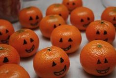 Mandarin's cute treat for trick or treaters, and healthy! Mandarinas Simpático y más saludable para repartir en Halloween