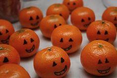 Mandarin's cute treat for trick or treaters, and healthy! Mandarinas Simpático y más saludable para repartir en Halloween