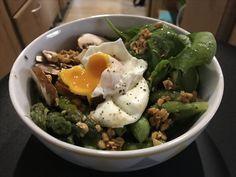 Asperges, épinards, champignons, œuf poché, sauce cacahuète citron soy sauce huile d'olive et poivre de kampot