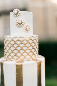 A Great Gatsby inspired shoot featuring lush florals and gorgeous gold and navy hues. Wedding Sweets, White Wedding Cakes, Beautiful Wedding Cakes, Gorgeous Cakes, Wedding Cupcakes, Pretty Cakes, Cake Wedding, Purple Wedding, Great Gatsby Wedding