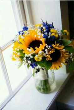 Blue and gold sunflower theme. (DW)