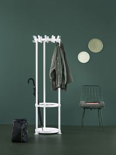 The Krok series of coat racks excels in simplicity. The designers Mia Lagerman & Ehlén Johansson have stripped the design to its bare essentials. As is the case for the  open cloakroom stand Krok Round. A solid but streamlined design with 12 double plastic hooks. The crown, umbrella holder and foot in cast aluminium are finished with a textured coating. Available in seven colours.