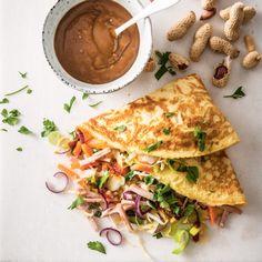 Gevulde groenteomelet met kip en pindasaus